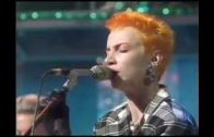 Eurythmics-The-First-Cut-Here-Comes-The-Rain-Again-Right-By-Your-Side-Live-On-The-Tube-1983